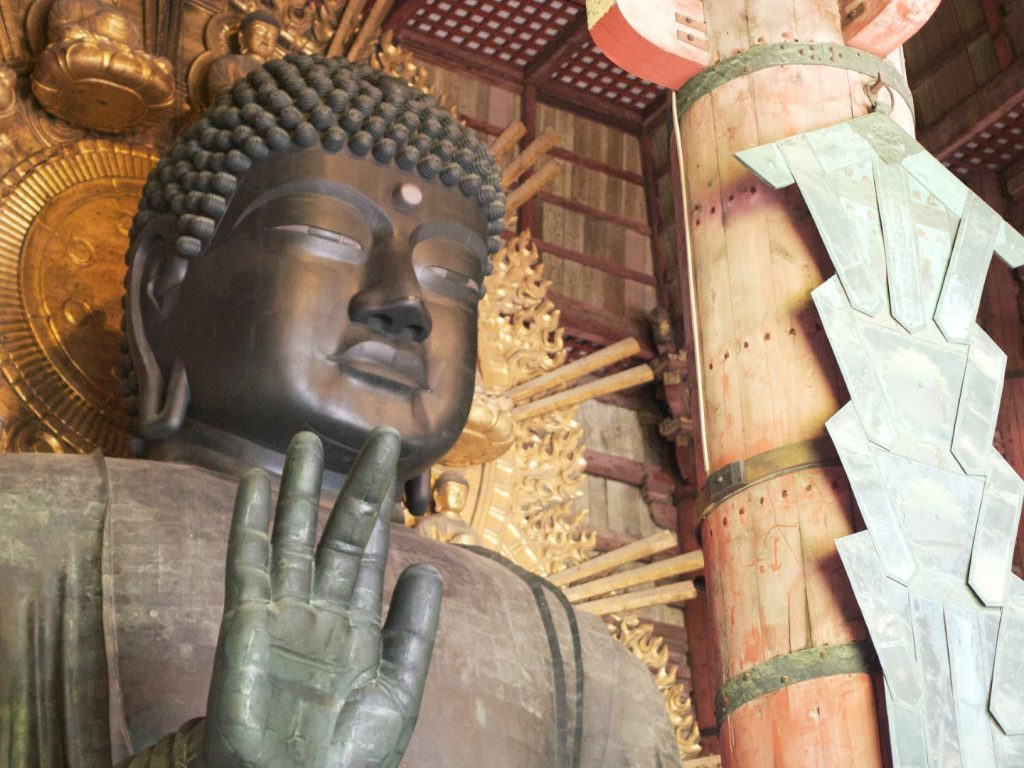 東大寺は奈良時代に聖武天皇により建立され、たびたびの戦火をかいくぐり現在に至っています