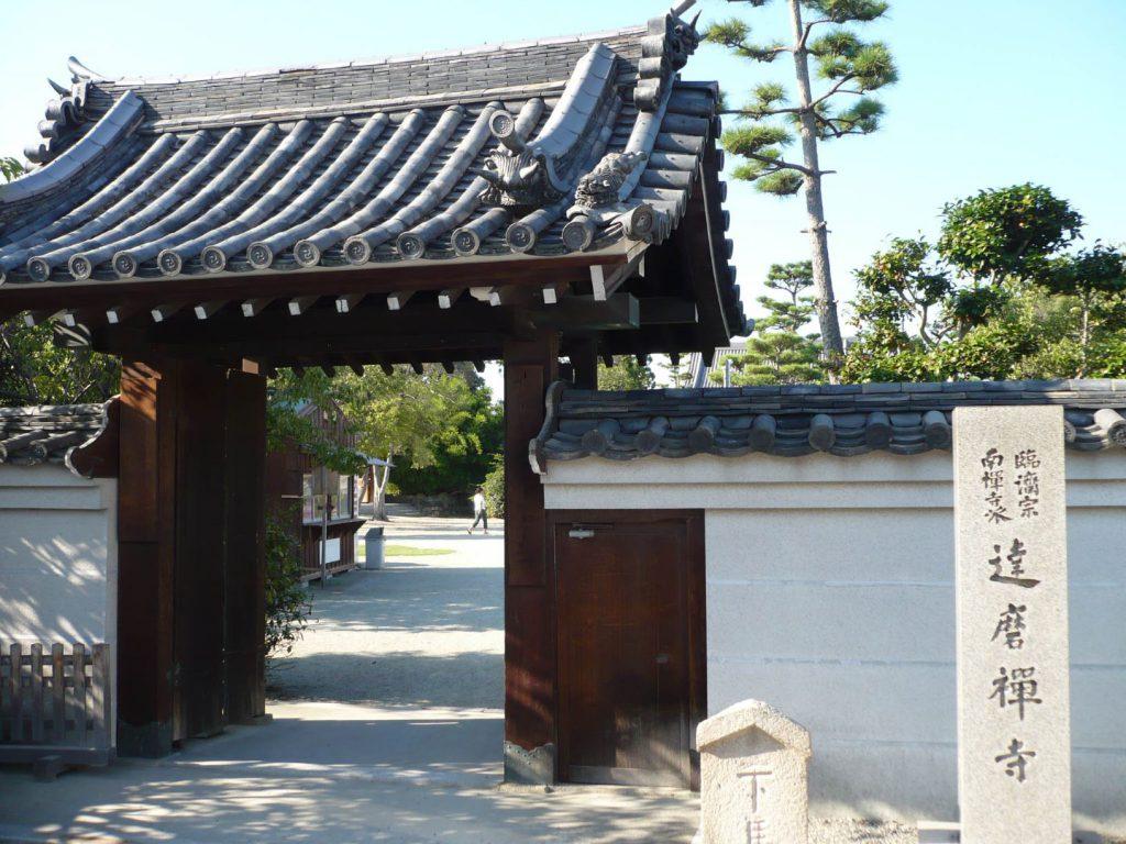 松永久秀は達磨寺に埋葬されていますが、それは宿敵筒井順慶の手によるものです
