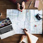 地図を見ながら相談する旅行者