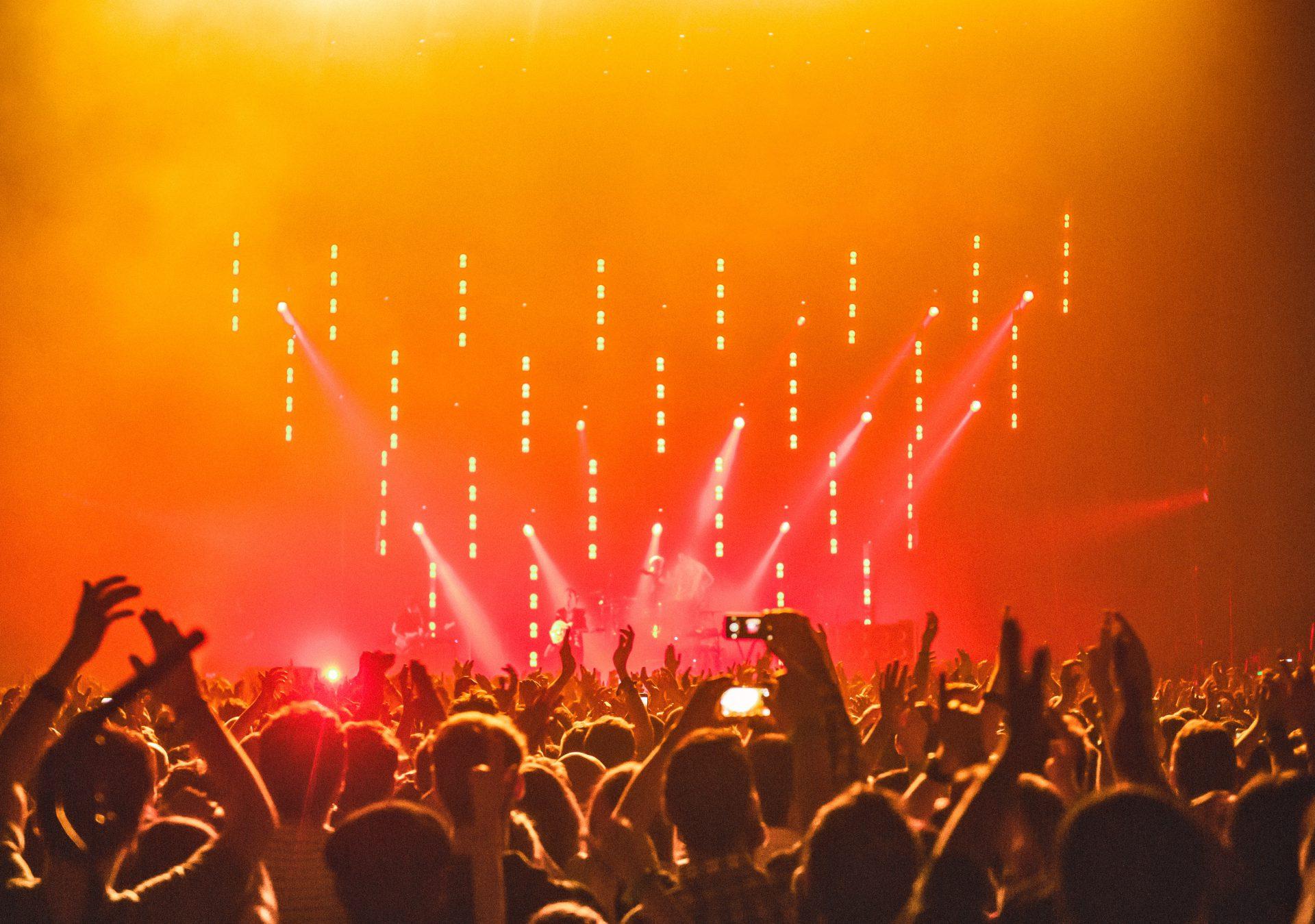 会場いっぱいの観客が湧く、ライブステージの画像