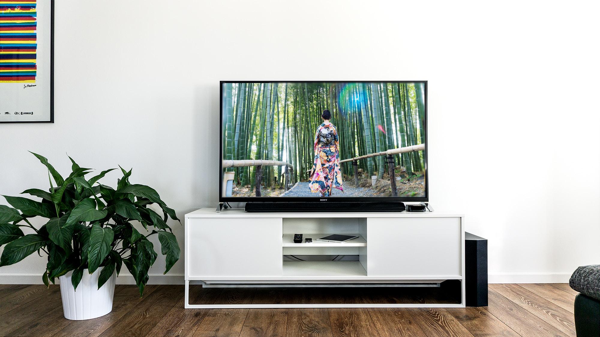 大きな薄型テレビに着物のCMが映っている画像