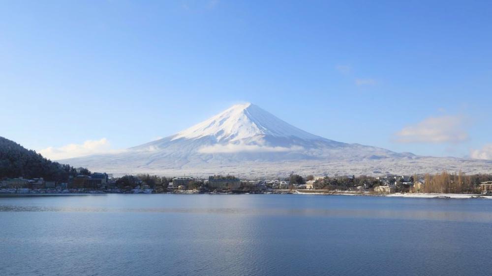白き雲たなびき微かに光輝く霊峰富士・河口湖より遥拝