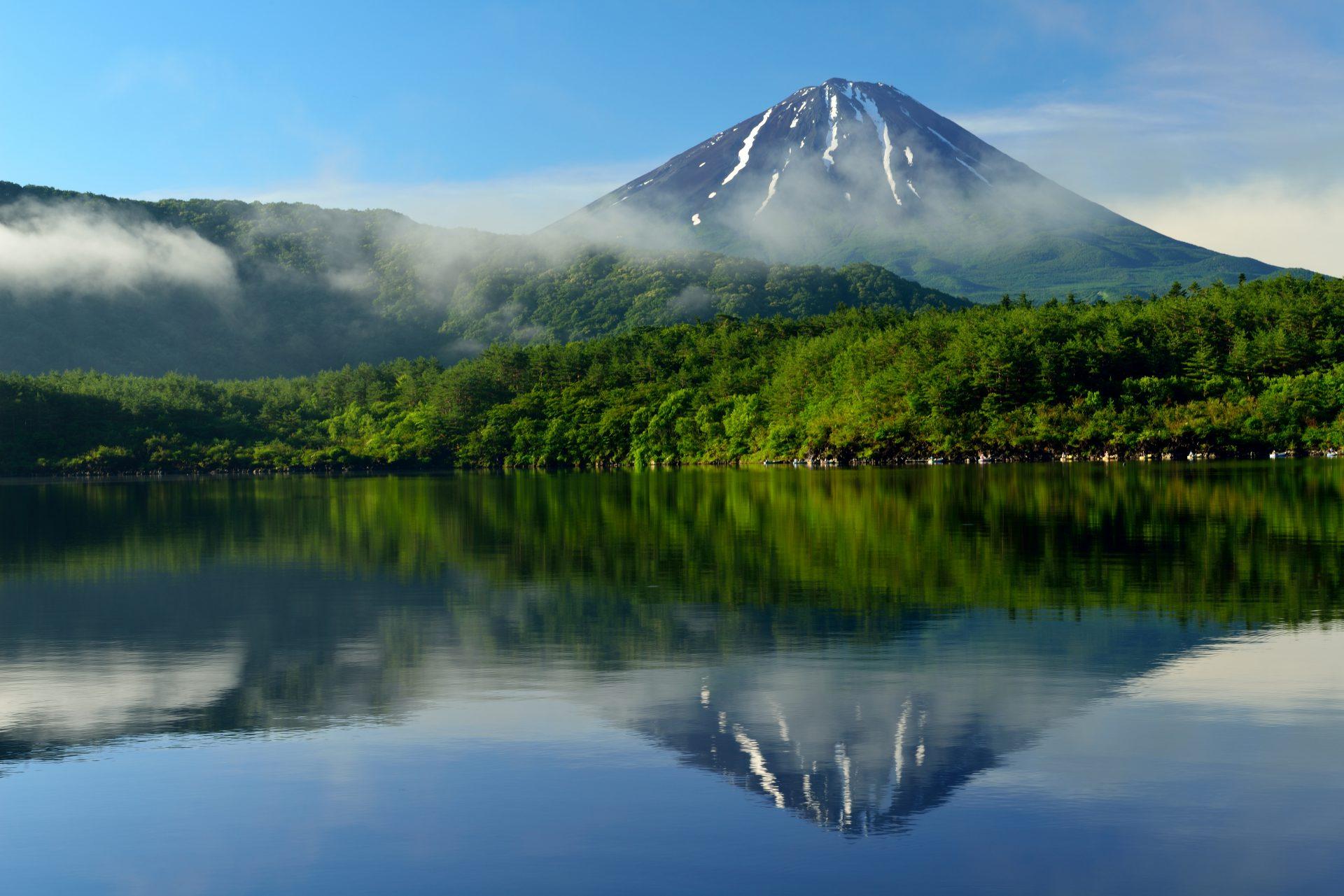 山梨県富士河口湖にある西湖から見た富士山の写真。水面に逆さ富士が映る