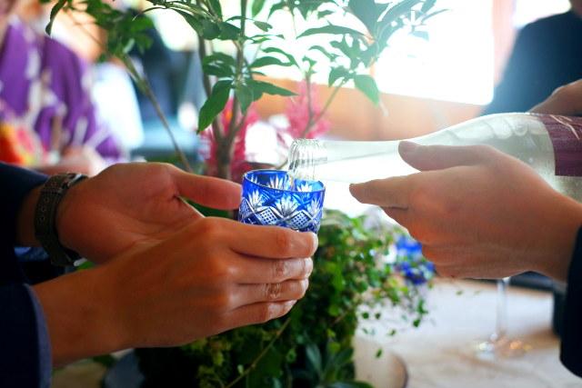 日本酒を江戸切子に注いでる写真