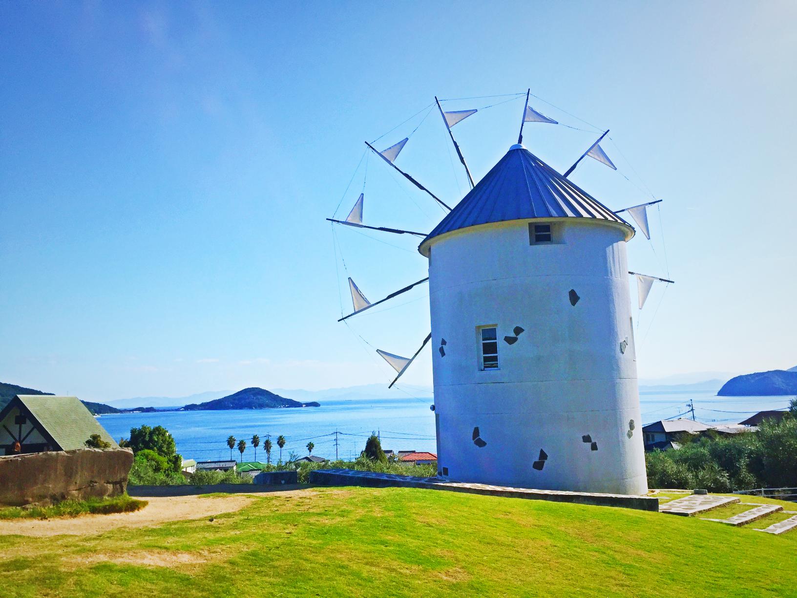 オリーブ公園内のギリシャ風車の写真。後ろ側から
