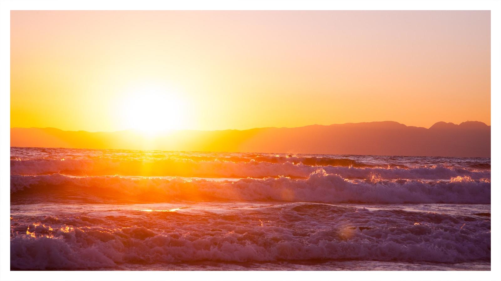 波間から上がってくる初日の出