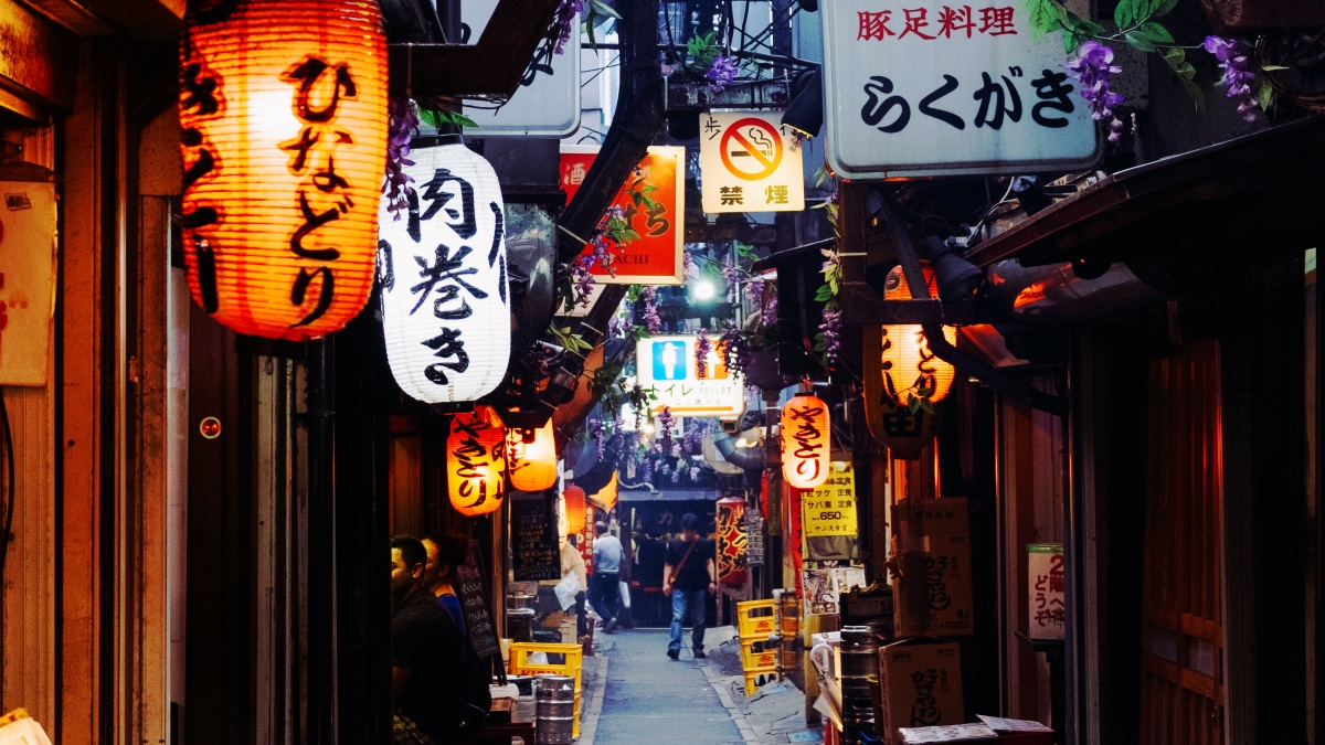 飲食店が連なる「新宿思い出横丁」