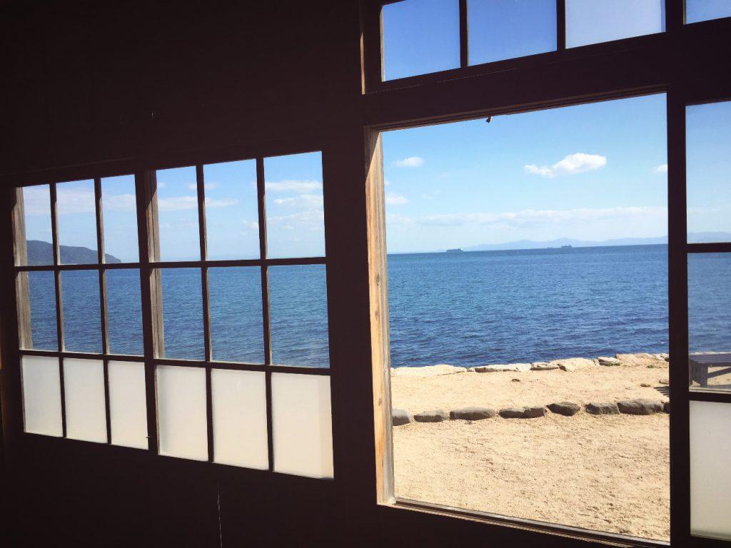 「岬の分教場」の教室から見る播磨灘