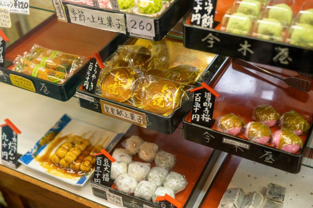 老舗和菓子屋「今木屋」の名物「どらやき」や季節の和菓子が並んでいる