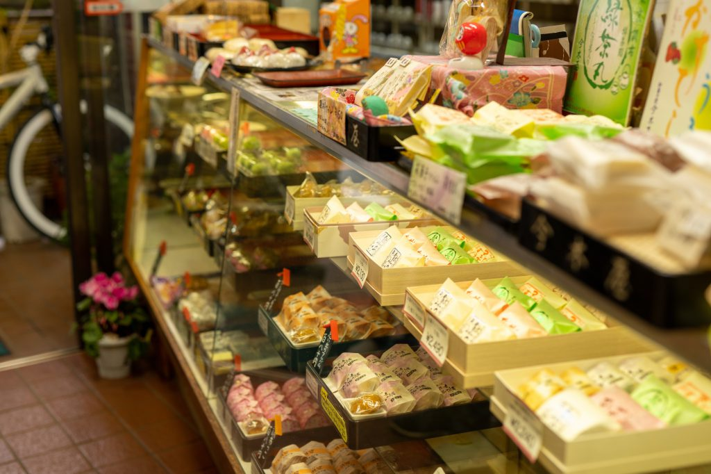 老舗和菓子屋「今木屋」の陳列ケースに並ぶ色取り取りの和菓子たち