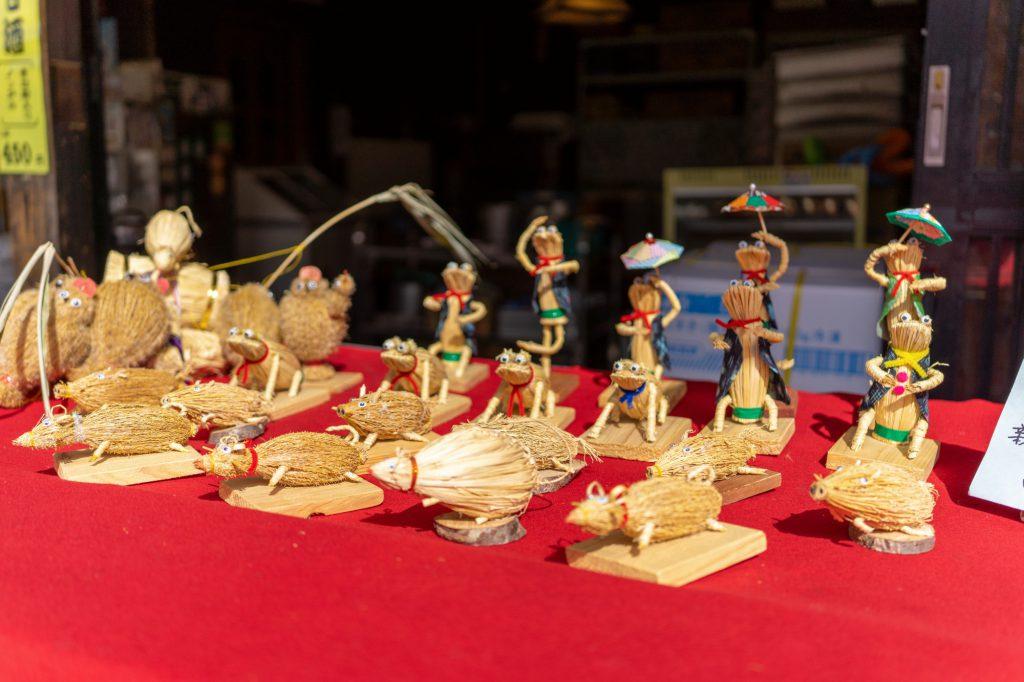 「深大寺まいりあめや」の店先に並ぶ民芸品などのお土産