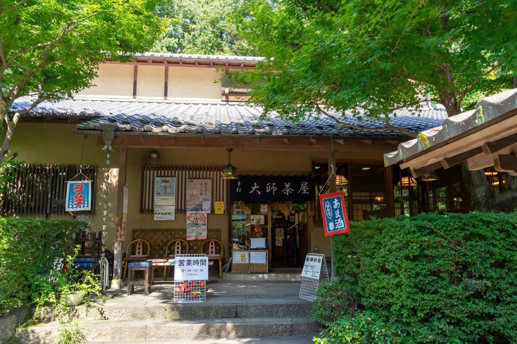 深大寺そば「大師茶屋」の緑が美しい庭と玄関口