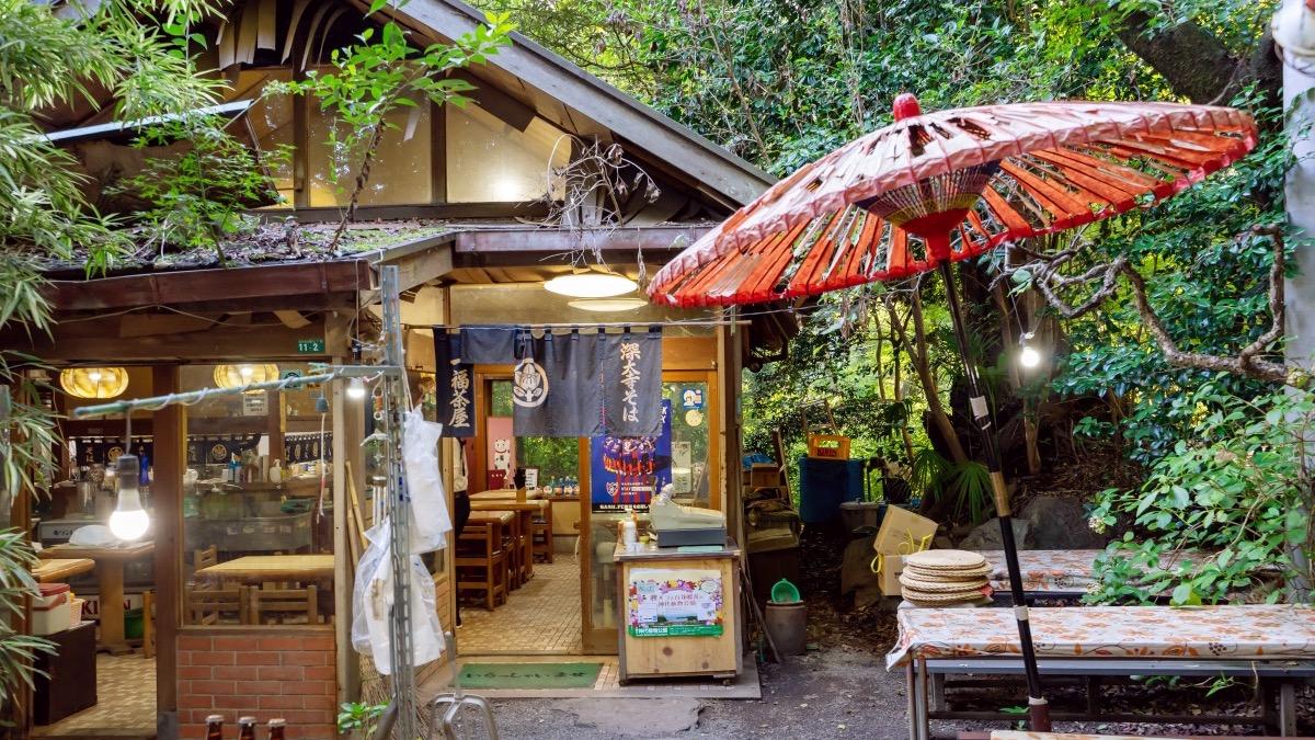 深大寺そば「一福茶屋」の自然に囲まれたレトロな店構え