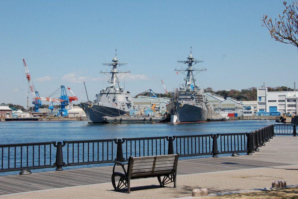 横須賀市のヴェルニー公園から見える自衛隊や米海軍の艦船