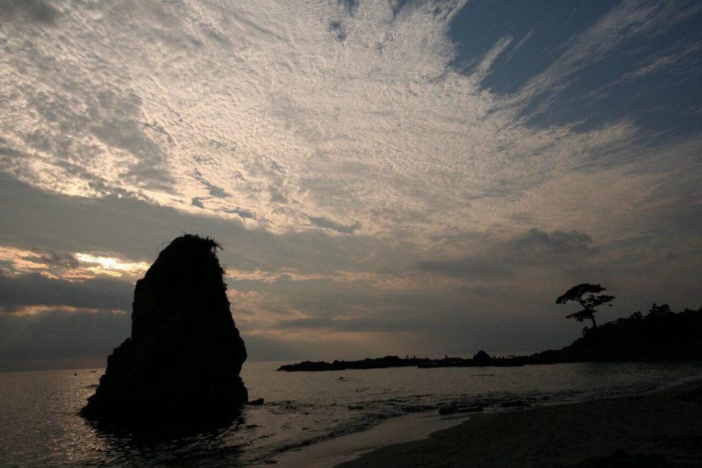 横須賀市の「立石公園」から見える夕日の沈む海と空と立石
