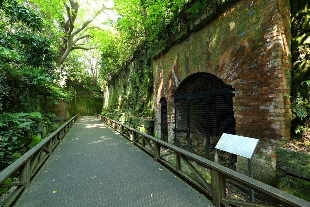 横須賀の無人島「猿島」の散策路にある緑に囲まれた、煉瓦造りの旧日本軍の遺構