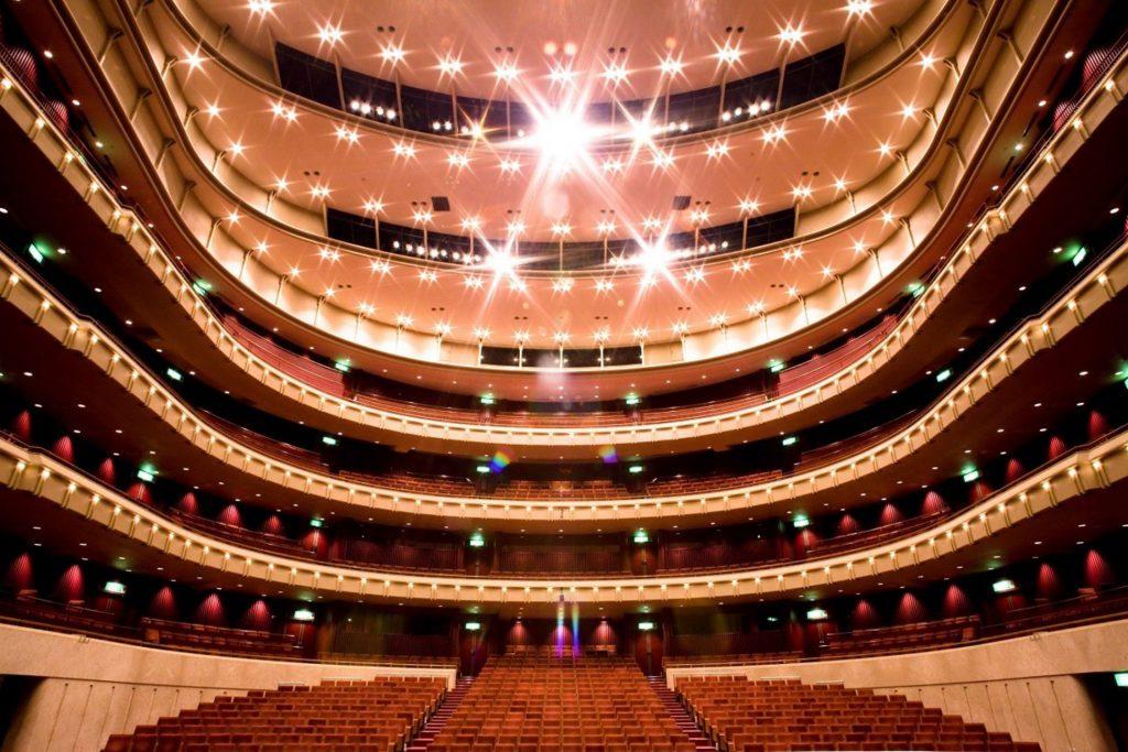 横須賀市にある「横須賀芸術劇場」きらびやかな劇場内の座席と高い天井