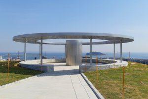 横須賀市深田台にある「平和中央公園(米ヶ濱砲台跡)」に設置されている円形の「平和のモニュメント」