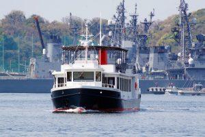 横須賀の港に停泊している海上自衛隊や米海軍の艦船を見られる「YOKOSUKA軍港めぐり」のクルーズ船