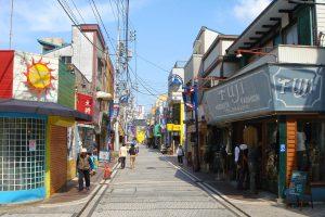 横須賀市本町にあるスカジャン誕生の地「ドブ板通り」のメインストリート