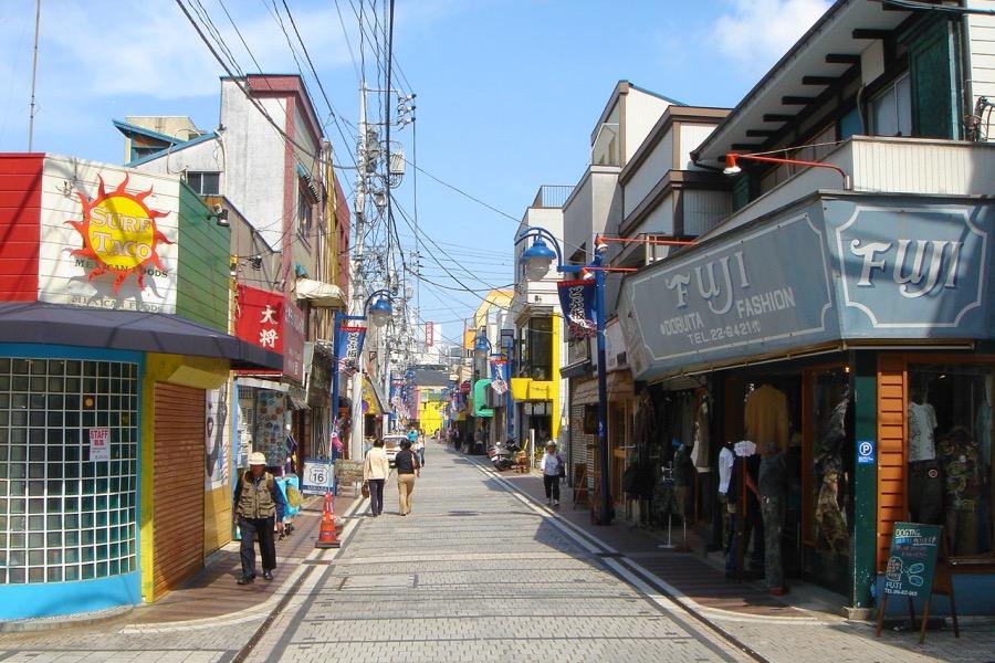 スカジャン生誕の地、横須賀市にあるドブ板通りの異国情緒あふれるメインストリート
