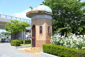 横須賀市のヴェルニー公園内にある旧横須賀軍港逸見門の衛兵の詰所「逸見波止場衛門」