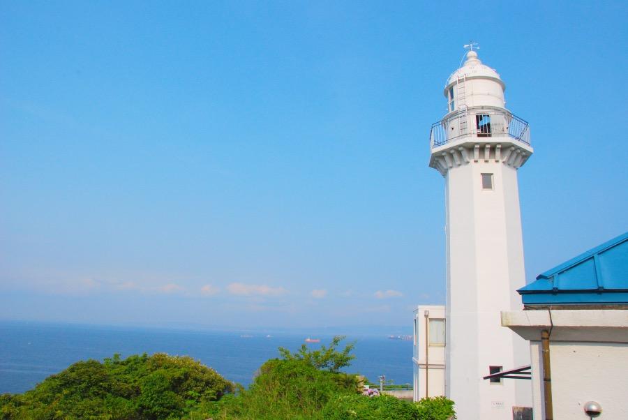 横須賀市の神奈川県立観音崎公園にある「観音埼燈台」と青い空と海