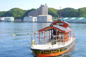 東叶神社と西叶神社を結ぶ渡し船「浦賀の渡船」が海に浮かぶ様子