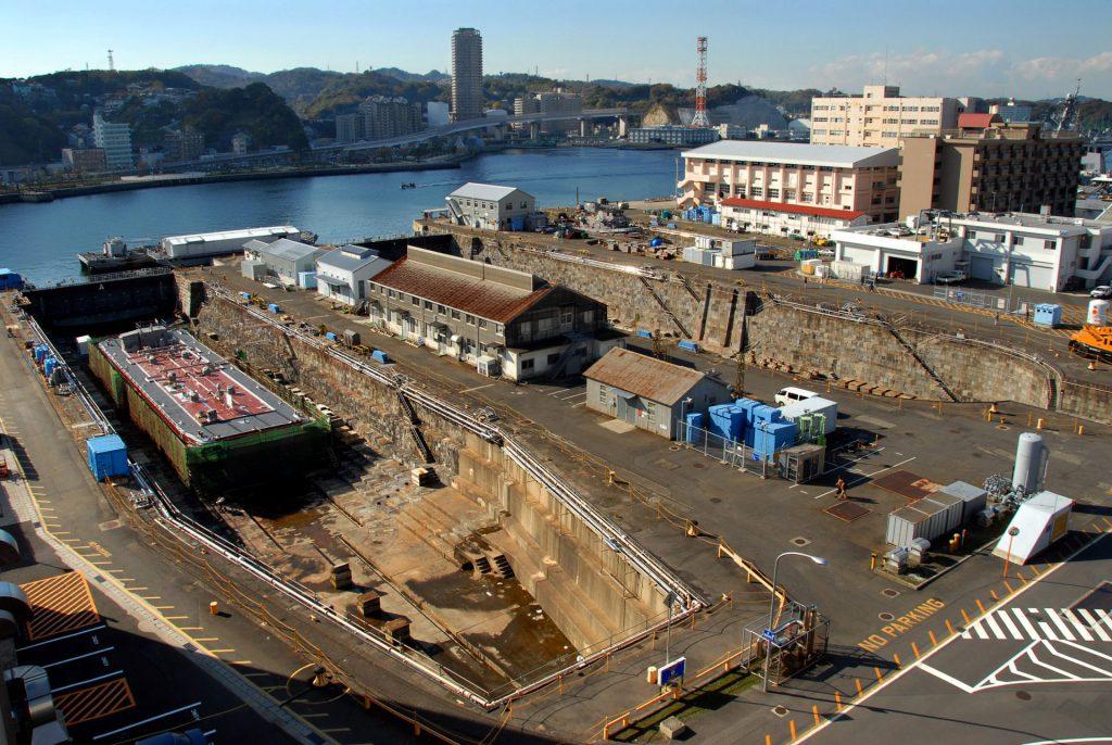 横須賀「JOYPIT」と「よこすかルートミュージアム」のスポット「ヴェルニー公園」から湾を挟んだ対岸にある、元横須賀製鉄所(後の横須賀造船所)があった米海軍横須賀基地