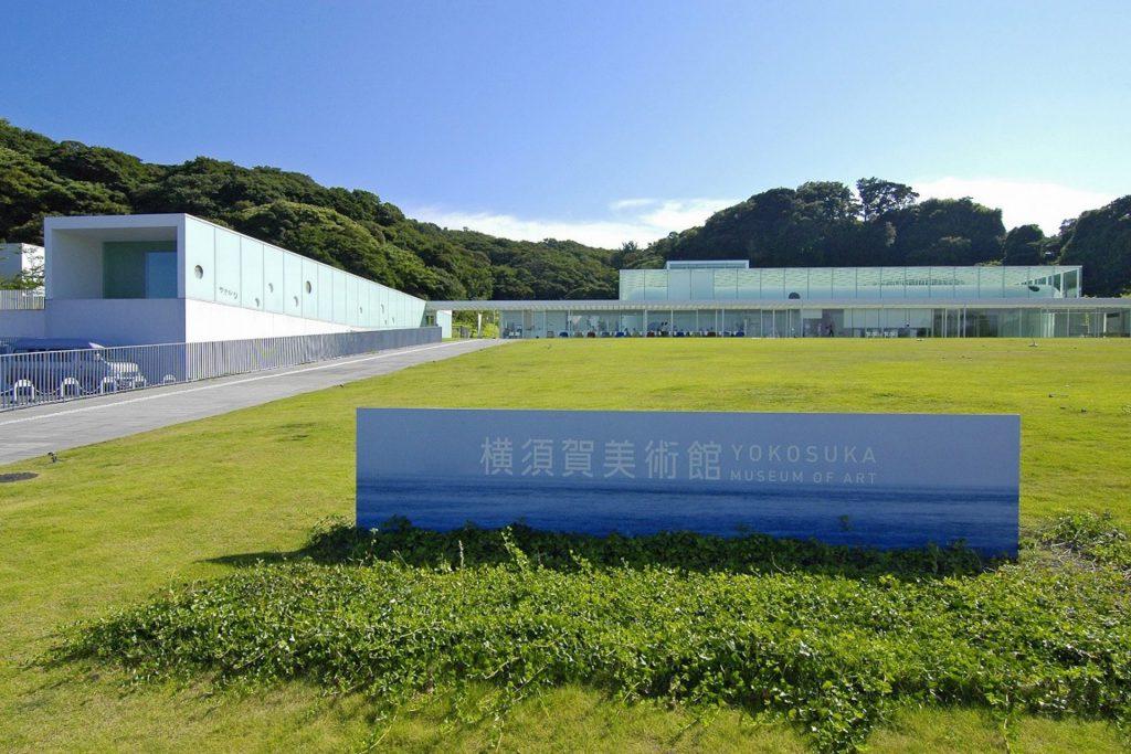 建築・レストラン・景色が人気の青い空の下の「横須賀美術館」