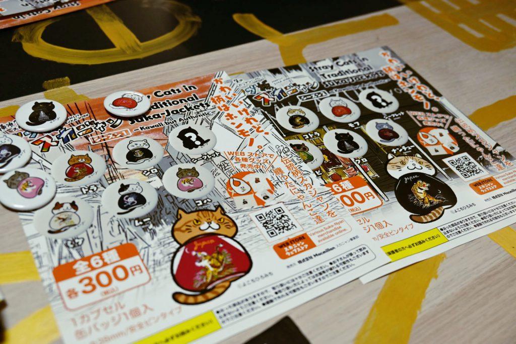 スカジャン絵師・横地広海知(よこち ひろみち)さんがデザインしたスカジャンをまとった猫の「ドブ板通りオリジナルスカジャンピンバッジ」