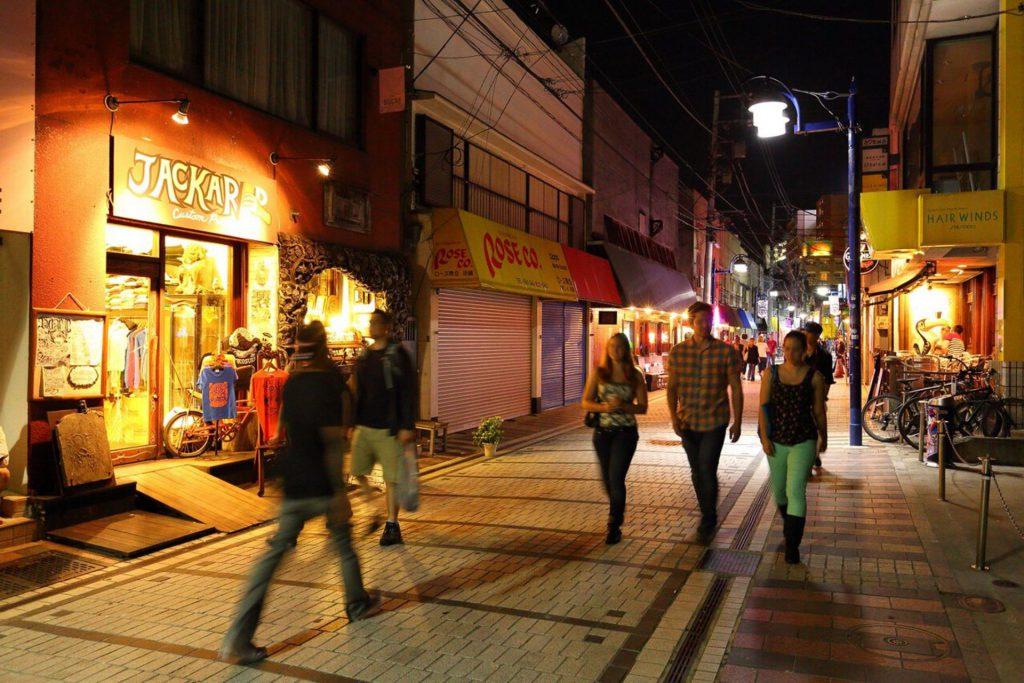 スカジャン発祥の地、横須賀市にあるドブ板通りの夜の風景。