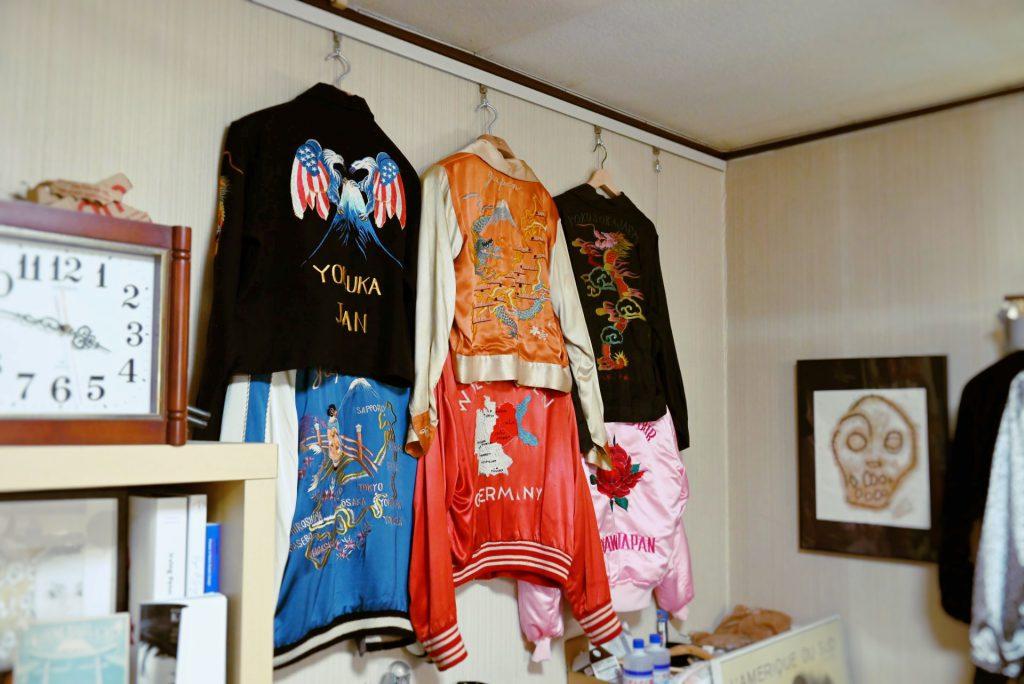 横須賀で活躍するスカジャン絵師横地広海知さんのオフィスに飾られている、スカジャンコレクションの一部。美しい伝統柄や「YOKOSUKA」の刺繍が並んでいる。