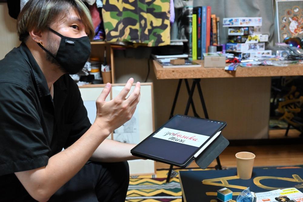 スカジャンの魅力を語る、横須賀で活躍するスカジャン絵師横地広海知さん。