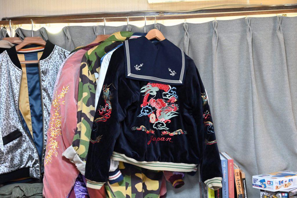 スカジャンとセーラー服の襟とのコーディネート例。背中の龍の刺繍とセーラーの襟の合わせ方が斬新でかわいい。