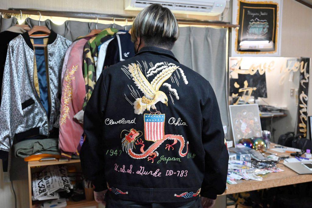 スカジャンを着た横地広海知さんの背中には伝統柄の鷲と龍の刺繍が。